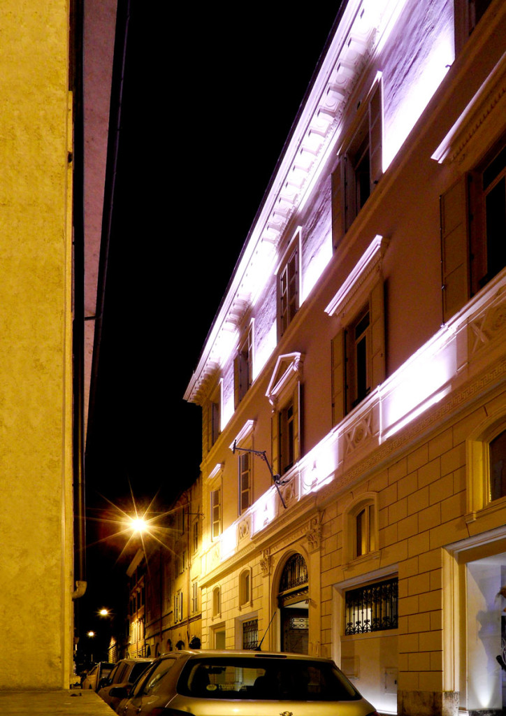 Nightshot of the dreamy Via del Vantaggio, home of THE FIRST Luxury Art Hotel Roma, only a few hundred meters away from the Piazza del Popolo and Via del Corso. photo: the art resort.