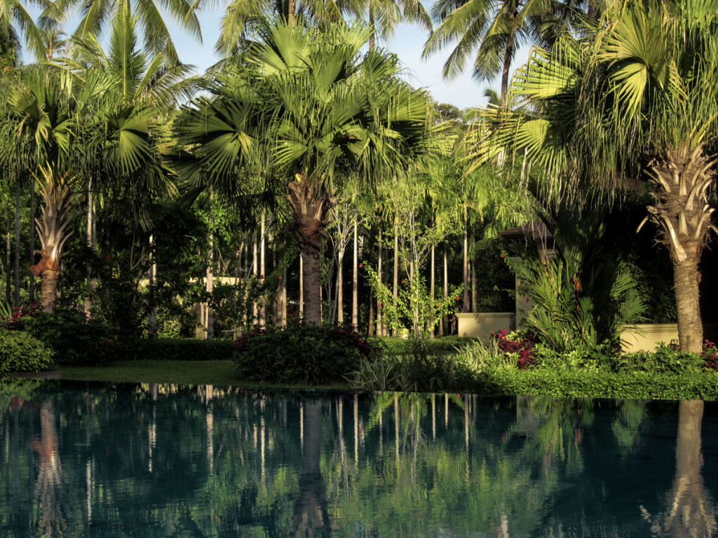 A tropical treasure. The Pool Villas nestle behind palms at the shore of the infinity pool in the center of the Moevenpick Resort Laem Yai Beach Samui. photo: the art resort