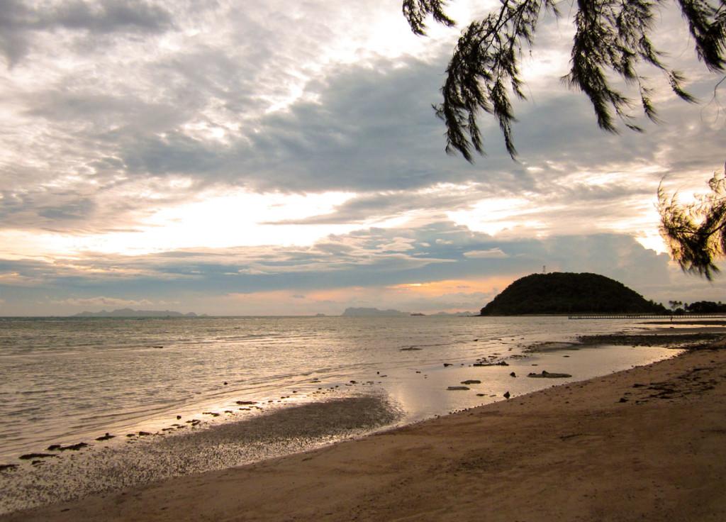 Sundown at Laem Yai Beach. Seen from the Moevenpick Resort, Samui. photo: the art resort