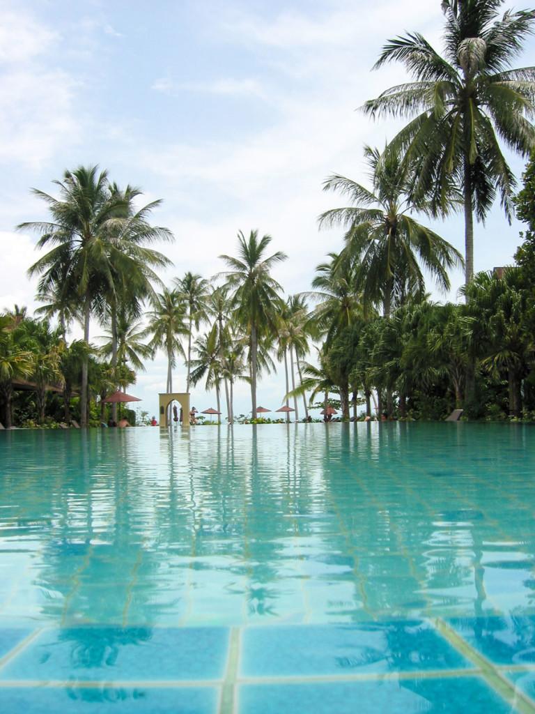 Water world. The impressive infinity pool, the landmark of the Moevenpick Resort Laem Yai Beach Samui. photo: the art resort