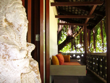 Snug and shadily. The Deluxe Balcony offers a view on garden and pool of the Muang Kulaypan beach resort.