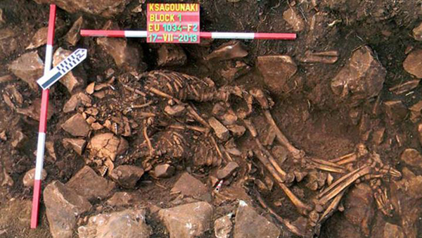 The prehistoric remains of a couple found in an embrace in the cave of Diros<br />Photo: Courtesy Greek Culture Ministry