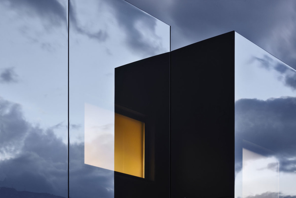 The Mirror Houses are two luxury holiday units designed by Peter Pichler Architecture. They are located outside Bolzano in the South Tyrolean Dolomites.