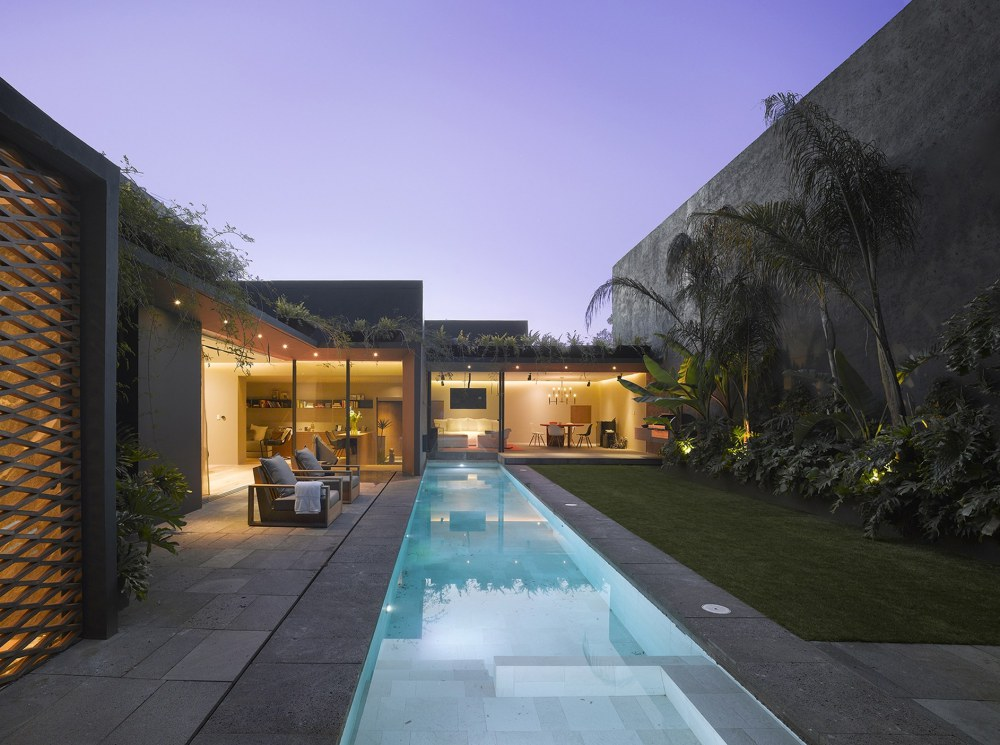 The Barrancas House in Mexico City by Ezequielfarca arquitectura y diseño. Photographs: Roland Halbe, Jaime Navarro
